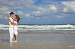 海滩夫妇容忍浪漫年轻人 库存照片
