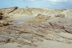海滩夫妇岩石 免版税库存照片