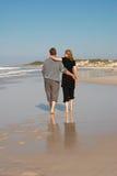 海滩夫妇年轻人 库存照片