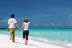 海滩夫妇年轻人 免版税库存照片
