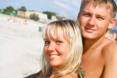 海滩夫妇年轻人 免版税图库摄影