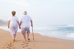 海滩夫妇年长走 免版税库存图片