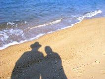 海滩夫妇影子 免版税库存照片