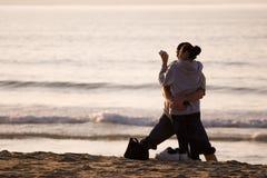 海滩夫妇愉快的讲西班牙语的美国人 图库摄影