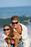 海滩夫妇愉快的年轻人 免版税库存图片