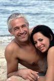 海滩夫妇成熟放松 免版税库存照片