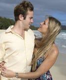 海滩夫妇拥抱夏威夷 免版税库存照片
