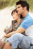 海滩夫妇拥抱年轻人 免版税库存图片