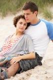 海滩夫妇拥抱年轻人 库存照片
