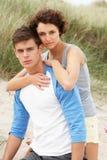 海滩夫妇拥抱年轻人 免版税库存照片