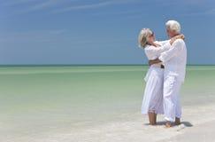 海滩夫妇拥抱愉快高级热带 图库摄影