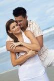 海滩夫妇拥抱浪漫 免版税图库摄影