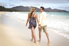海滩夫妇散步 免版税图库摄影