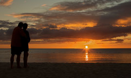 海滩夫妇日落注意 库存图片