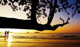 海滩夫妇日落走 免版税库存图片
