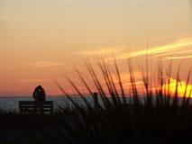 海滩夫妇日落 免版税库存图片