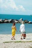 海滩夫妇更旧走 免版税图库摄影