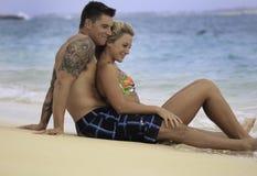 海滩夫妇最近婚姻 免版税图库摄影