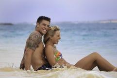 海滩夫妇最近婚姻 免版税库存图片