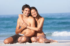 海滩夫妇松弛游泳衣佩带的年轻人 免版税库存照片
