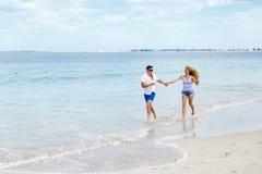 海滩夫妇浪漫年轻人 库存照片