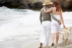 海滩夫妇浪漫年轻人 免版税库存照片