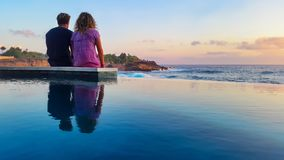 海滩夫妇浪漫日落 免版税库存照片