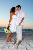 海滩夫妇热带婚礼 免版税库存照片