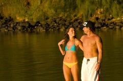 海滩夫妇爱的走 免版税库存图片