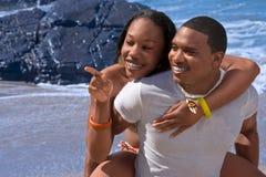 海滩夫妇种族愉快 免版税库存图片