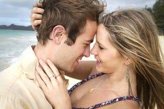 海滩夫妇获得亲密 库存照片
