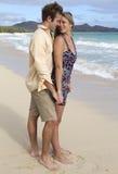 海滩夫妇获得浪漫年轻人 图库摄影