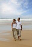 海滩夫妇走的年轻人 库存图片
