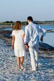 海滩夫妇走的年轻人 免版税库存照片
