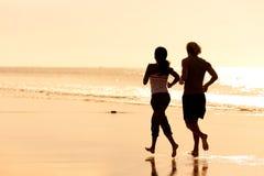海滩夫妇跑步的体育运动 免版税图库摄影