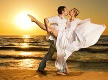海滩夫妇跳舞探戈 免版税库存照片