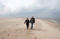 海滩夫妇运行中 免版税库存图片