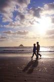 海滩夫妇退休的走 免版税库存照片