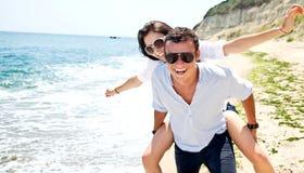 海滩夫妇enjoing的年轻人 免版税库存图片