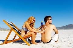 海滩夫妇suncare 免版税库存图片