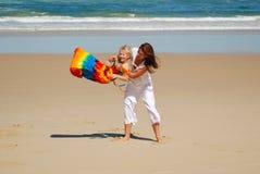 海滩女儿乐趣妈妈 库存图片