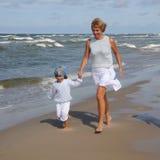 海滩女儿她的母亲 免版税库存图片
