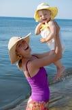 海滩女儿快乐的母亲 免版税库存照片