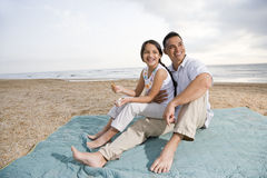 海滩女儿有父亲的乐趣讲西班牙语的&# 免版税库存照片