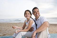 海滩女儿有父亲的乐趣讲西班牙语的&# 库存照片