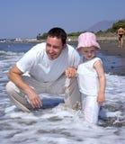 海滩女儿父亲假期年轻人 库存照片
