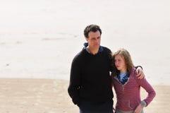 海滩女儿父亲 库存照片