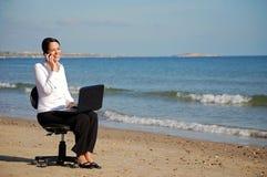 海滩女商人工作 免版税库存图片