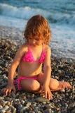 海滩女孩一点坐 免版税库存图片