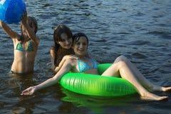 海滩女孩三个年轻人 免版税库存照片